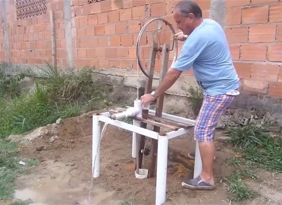 """農民大爺發明""""自行車""""抽水泵,不耗油不用電,一天灌溉5畝地"""